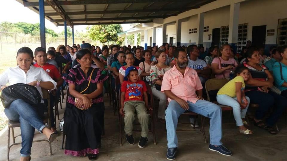 Reunión entre padres de familia del IPOTH y Ministerio de Educación.