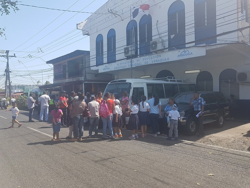 Piqueteo frente al Ministerio de Educación en Veraguas.
