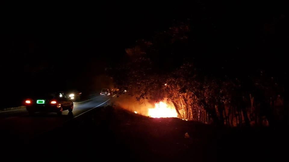 Auto se precipitó y se incendió por completo en la comunidad El Llanillo.