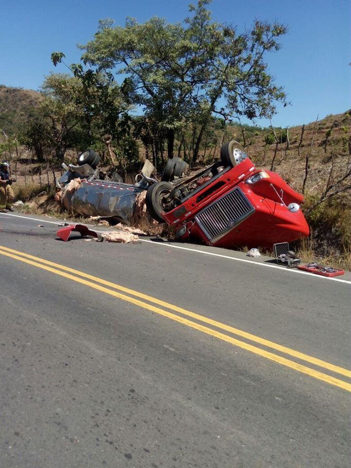 Camión articulado se vuelca en el tramo carretero de Santiago a Soná.