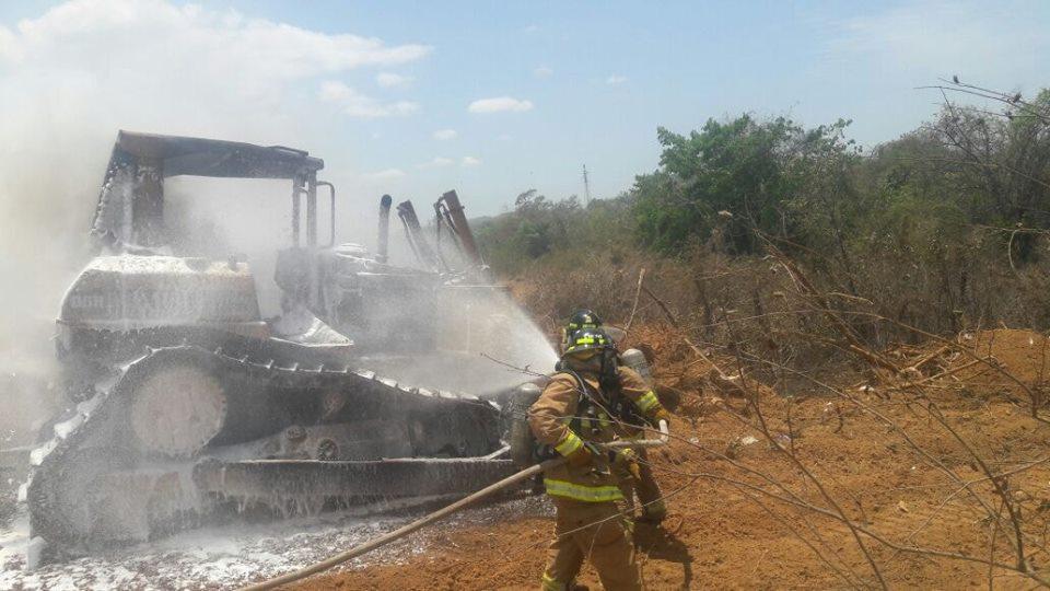 Se incendia un tractor oruga en el área de Punta Mono.